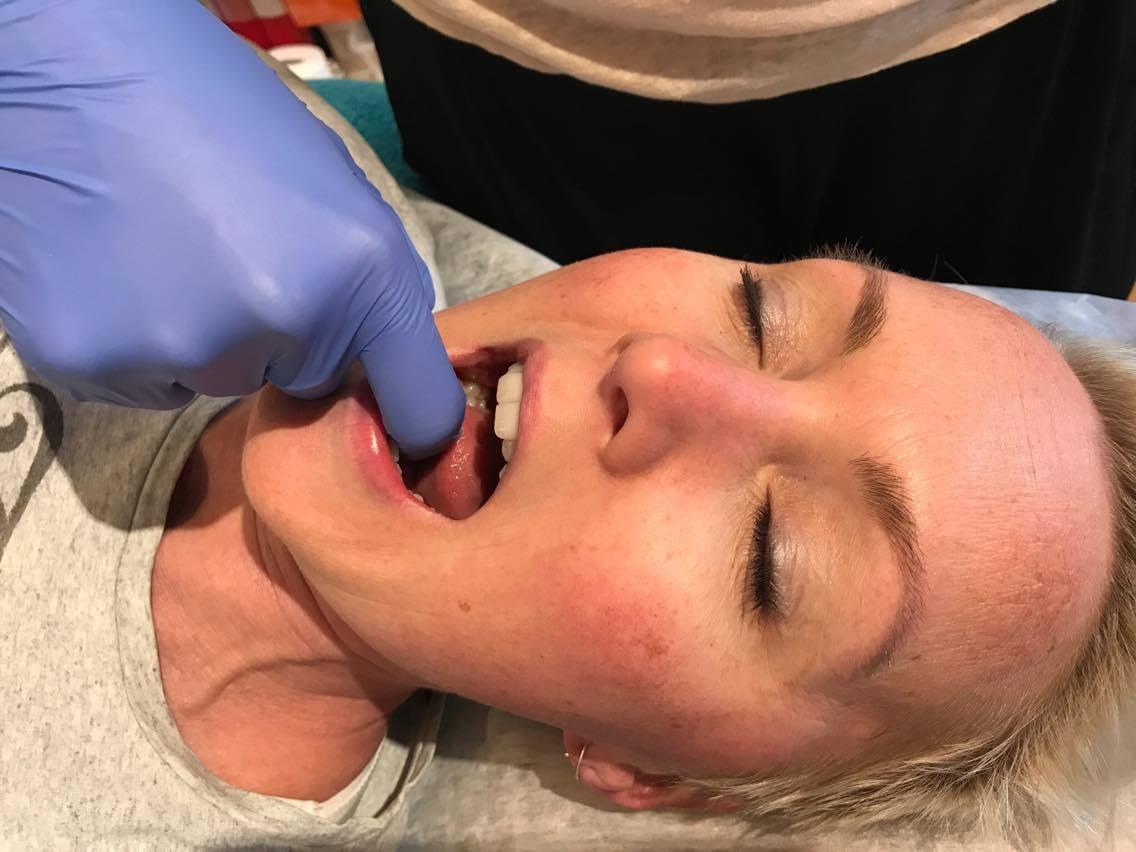 Massageterapeut och Käkledsterapeut Tone Lyche utför en Käkledsmassage - www.handson-kroppsterapi.se